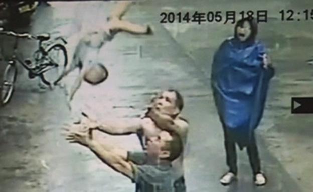 צפו: התינוק נופל מהחלון - ונתפס (צילום: חדשות 2)