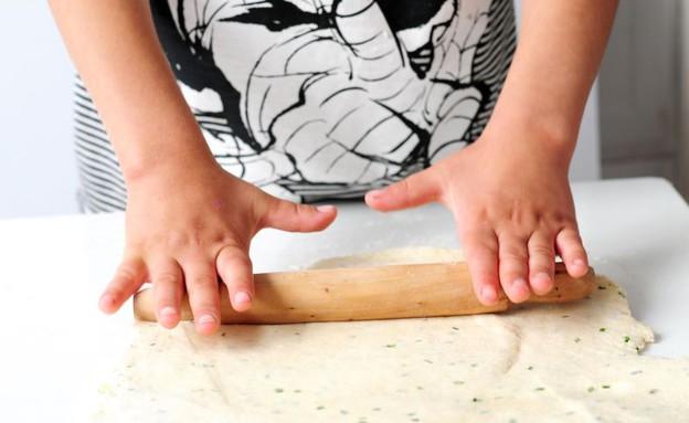 עוגיות גבינת עזים מלוחות - מרדדים את הבצק (צילום: שרית נובק - מיס פטל, אוכל טוב)