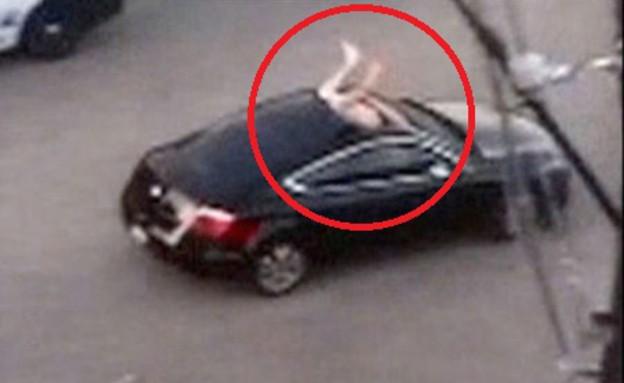 עירום באוטו (צילום: יוטיוב)