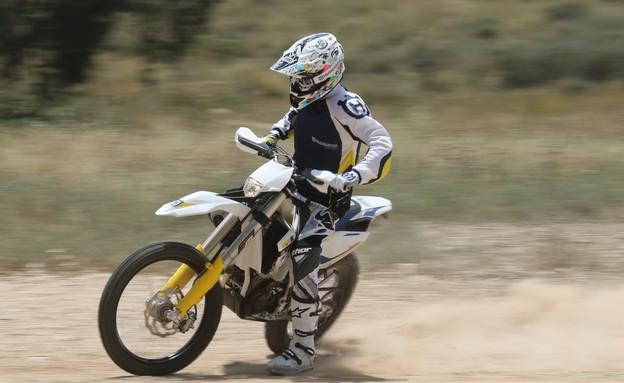רז הימן על אופנוע (צילום: רונן טופלברג)