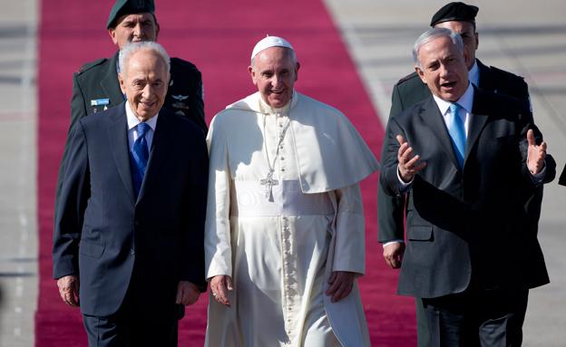 נתניהו ופרס מקבלים פני האפיפיור, אתמול (צילום: AP)