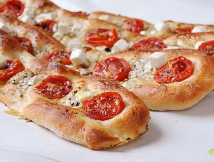 פוקצ'ת גבינה ועגבניות חגיגית