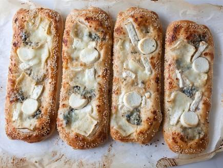 פוקצ'ת גבינות ושומשום