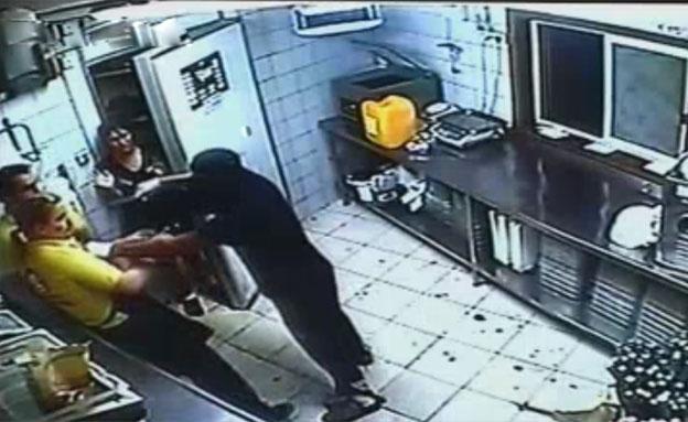 צפו: כך השתלטו השודדים על המסעדה (צילום: חדשות 2)