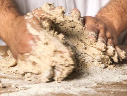 מכינים לחם מחמצת. הלישה