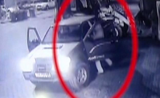 צפו: שדדו כספת עם טרקטור ונמלטו (צילום: מצלמת אבטחה)