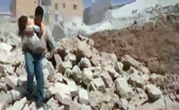צפו: ילדים מפנים נפגעים והרוגים (צילום: יוטיוב)
