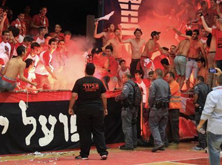 אוהדי הפועל ירושלים מדליקים את היציע (אלן שיבר) (צילום: ספורט 5)