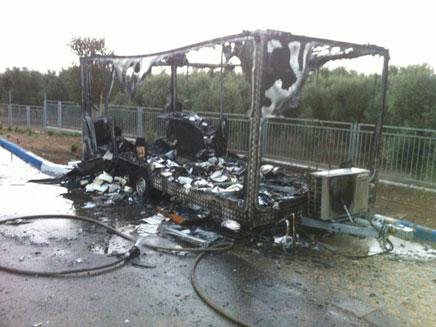 המבנה שהוצת נשרף כליל (צילום: דוברות כיבוש אש מחוז חוף)