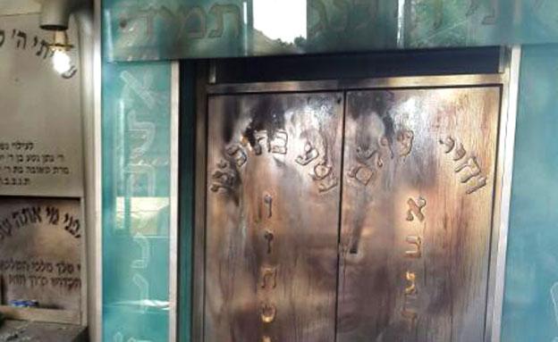 """בית הכנסת שנשרף בפ""""ת (צילום: חטיבת דובר המשטרה מחוז מרכז/ מרחב שרון)"""