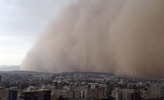 צפו: נחשול אבק מכה בטהרן (צילום: רויטרס)