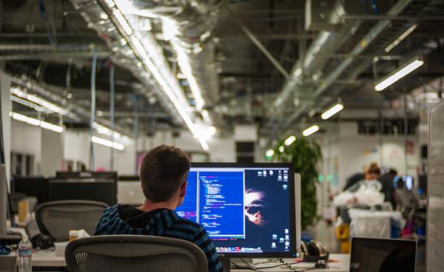 מול מחשב (צילום: אימג'בנק/GettyImages)