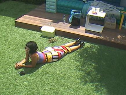 אורטל שוכבת על הדשא (תמונת AVI: mako)