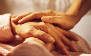 זקנים מחזיקים ידיים (צילום: אימג'בנק / Thinkstock)