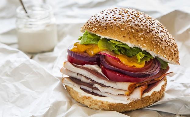 לחמניית המבורגר עם הרבה הרבה נקניק (צילום: אסף אמברם, אוכל טוב)