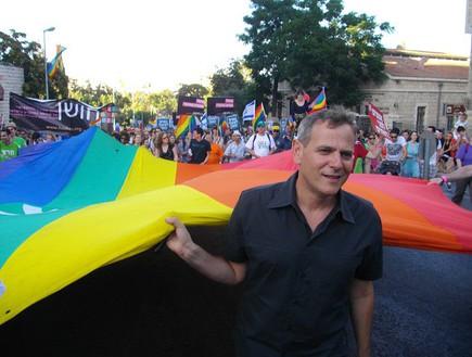 ניצן הורוביץ עם דגל הגאווה