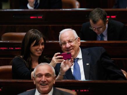 נשיא מדינת ישראל בסלפי (צילום: פלאש 90, מרים אלסטר)