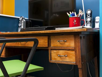 בשיפוץ גילי אונגר שולחן כתיבה (צילום: שירן כרמל)