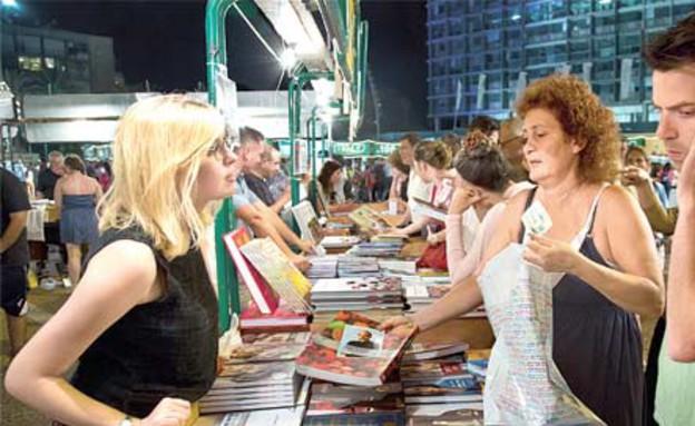קונים בשבוע הספר (צילום: שלומי יוסף)