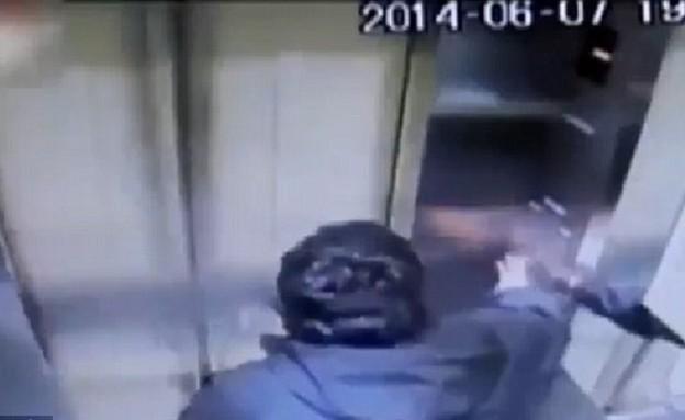 נתקע במעלית (צילום: יוטיוב)