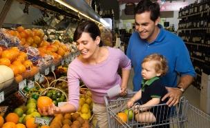 משפחה קונה פירות (צילום: iofoto, Istock)