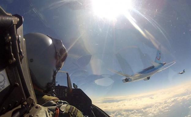 טייס הולנדי מצלם סלפי עם מטוס דרימליינר באוויר (צילום: חיל האוויר המלכותי של הולנד)