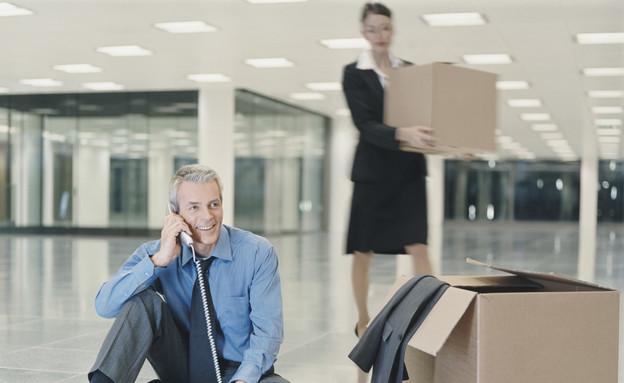 יושבים במשרד החדש עם ארגזים (צילום: אימג'בנק / Thinkstock)