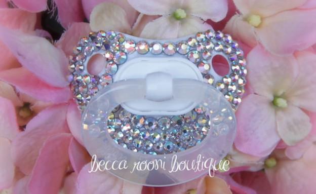 מוצץ עם יהלומים (צילום: Becca Rooni)