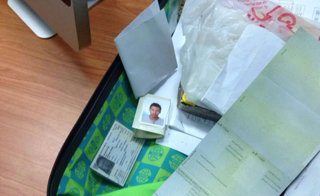"""ת""""א: נחשפה מעבדה לזיוף מסמכים (צילום: חטיבת דובר המשטרה)"""