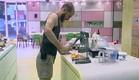 אלדד מכין מיץ תפוזים (תמונת AVI: mako)