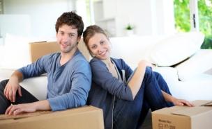 זוג במעבר דירה נשען על ארגזים (צילום: אימג'בנק / Thinkstock)