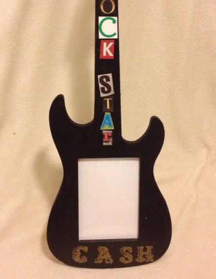 תינוק רוקיסט, מסגרת גיטרה, צילום etsy (צילום: etsy)