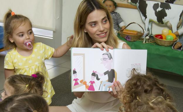 רותם סלע מקריאה סיפור (צילום: אלי דסה,  יחסי ציבור )