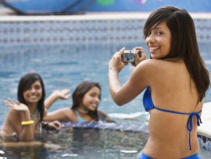 נערות מצטלמות בבריכה