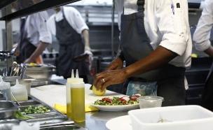 עובדים במטבח (צילום: אפיק גבאי, אוכל טוב)