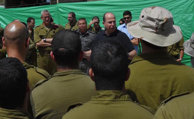 יעלון נפגש עם הלוחמים (צילום: דוברות משרד הביטחון)
