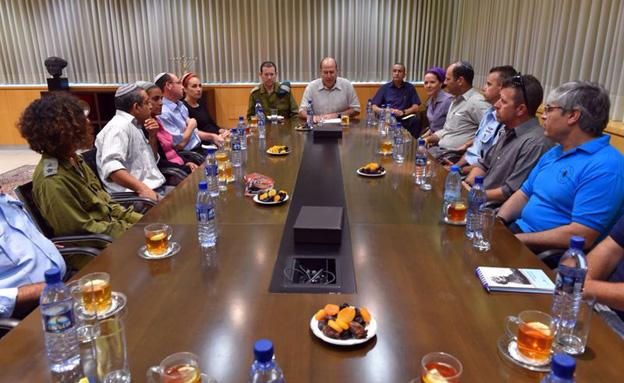 משפחות החטופים בפגישה עם שר הביטחון, אתמ (צילום: דוברות משרד הביטחון)