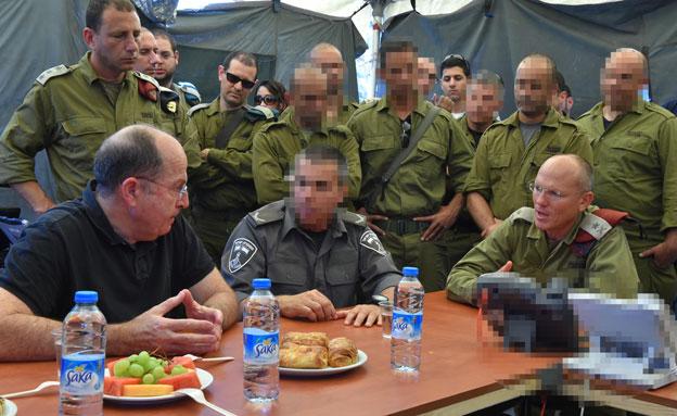 שר הביטחון בתדריך עם הכוחות, אמש (צילום: דוברות משרד הביטחון)