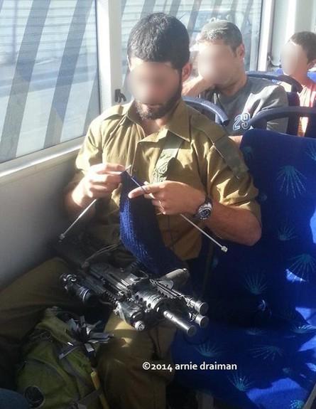 חייל סורג באוטובוס