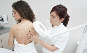 רופאה בודקת גב של אישה  (צילום: dnberty, Thinkstock)