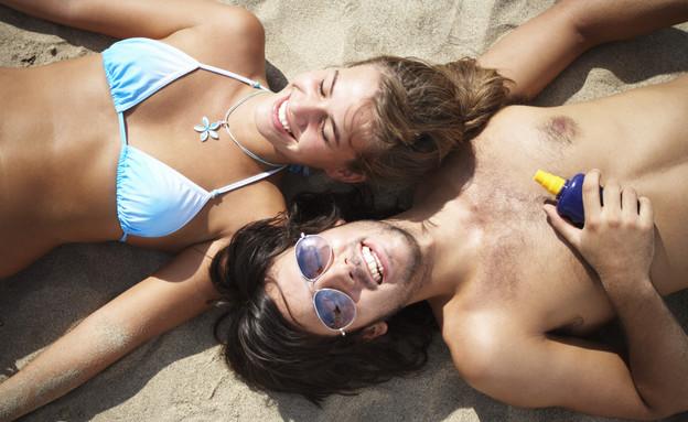 זוג משתזף בשמש עם קרם שיזוף (צילום: Getty Images, Thinkstock)