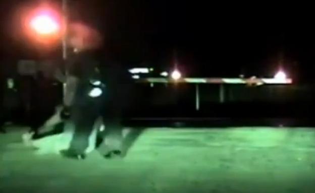 השוטר מושך את האישה מהמסילה