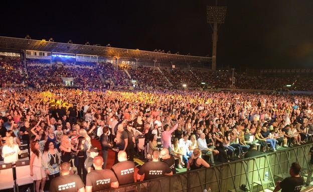 הקהל בהופעה של אייל גולן ושרית חדד (צילום: שרון רביבו)