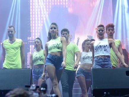 רקדנים בהופעה של אייל גולן ושרית חדד בבלומפילד