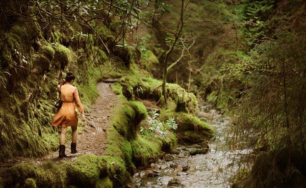 סקוטלנד, אישה ביער (צילום: יגאל גיאת)