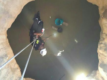 """חיפושים בבריכות מים (צילום: דוברות כבאות והצלה מחוז יו""""ש)"""