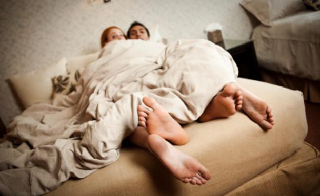 זוג במיטה בוגד- בגידה (צילום: redhumv, Istock)