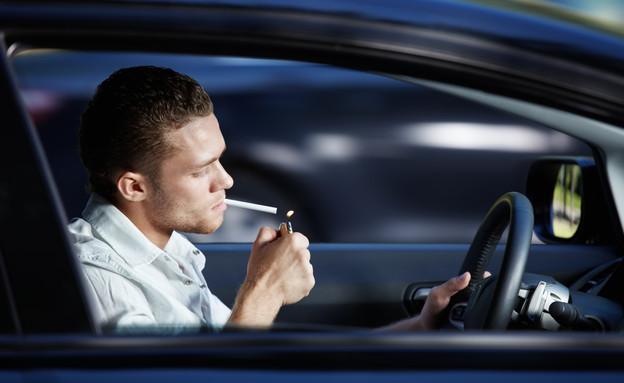 אדם נוהג ומעשן ג'ויינט (צילום: אימג'בנק / Thinkstock)