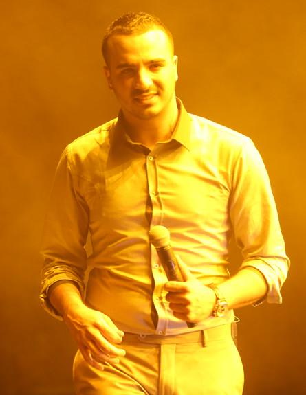 מאור אדרי בהופעה בקיסריה (צילום: תום סיימון)