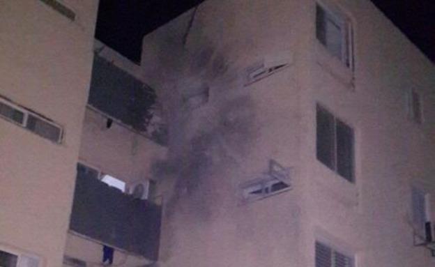 פגיעה ישירה בבניין בשדרות (צילום: מיכה שמילוביץ')